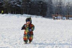 Litet barn som går på snow Fotografering för Bildbyråer