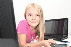 Litet barn som hemma spelar med minnestavlan, bärbara datorn och telefonen Royaltyfri Fotografi
