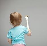 Litet barn som målar väggen royaltyfri foto