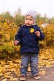 Litet barn som rymmer ett blad Royaltyfria Bilder