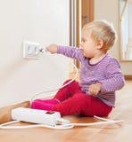 Litet barn som spelar med elektricitet Royaltyfria Foton