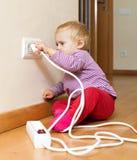 Litet barn som spelar med elektricitet Arkivbilder