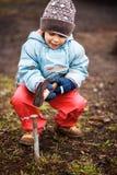 Litet barn som spelar med farliga hjälpmedel royaltyfri fotografi