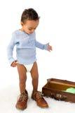 Litet barn som spelar med farsas skor royaltyfria bilder