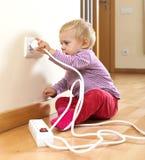 Litet barn som spelar med hemmastadd elektricitet Arkivbilder