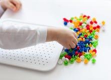Litet barn som spelar med mosaiken royaltyfria bilder