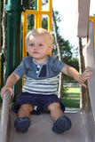 Litet barn som spelar på en glidbana Royaltyfri Fotografi