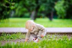 Litet barn som spelar på parkera Royaltyfri Bild