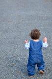 Litet barn som startar precis att gå första steg Arkivfoto