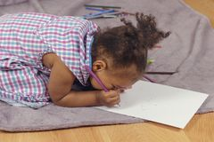 Litet barn som tycker om att måla royaltyfri fotografi