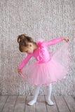 Litet barnballerinaflicka i balettballerinakjolkjol Arkivbilder