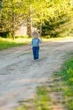 Litet barnbarn utomhus Den lantliga platsen med en som är årig, behandla som ett barn den bärande sugrörhatten för pojken Arkivbilder