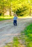 Litet barnbarn utomhus Den lantliga platsen med en som är årig, behandla som ett barn den bärande sugrörhatten för pojken Royaltyfria Foton