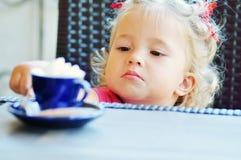 Litet barnflicka i kafé Arkivfoton