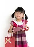 Litet barnflicka med den gåvaasken och påsen Royaltyfri Fotografi
