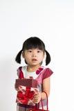 Litet barnflicka med den gåvaasken och påsen Fotografering för Bildbyråer