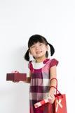 Litet barnflicka med den gåvaasken och påsen Royaltyfri Bild