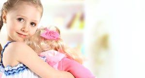 Litet barnflicka med dockan Royaltyfria Bilder