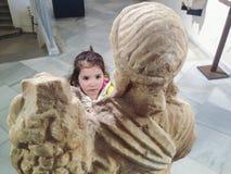 Litet barnflicka på det roman museet royaltyfri fotografi