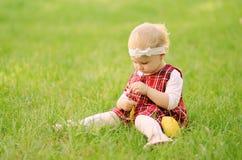 Litet barnflicka på fältet Royaltyfria Foton