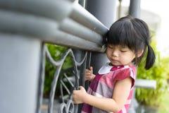 Litet barnflicka på staketet Royaltyfri Bild