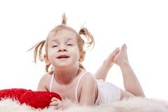 Litet barnflicka som ligger i säng Royaltyfria Bilder