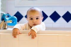 Litet barnflicka som spelar i badkaret royaltyfri bild