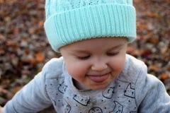 Litet barnflicka som ut klibbar tungan Arkivbilder