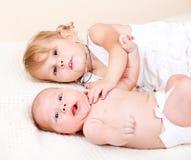 Litet barnflickan med nyfött behandla som ett barn arkivfoton
