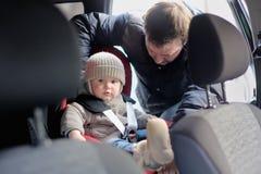 Litet barnpojke i bilsätet Royaltyfri Foto
