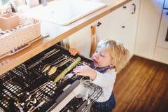 Litet barnpojke i farligt läge hemma Barnsäkerhetsbegrepp arkivfoton