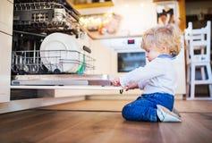 Litet barnpojke i farligt läge hemma Barnsäkerhetsbegrepp royaltyfria bilder