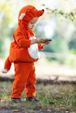 Litet barnpojke i hållande smartphone för rävdräkt Royaltyfri Fotografi