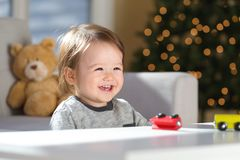 Litet barnpojke i hans hus på jultid arkivbild