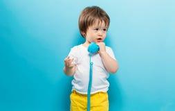 Litet barnpojke med en gammalmodig telefon Royaltyfri Fotografi