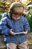 Litet barnpojke med Smart-telefonen Fotografering för Bildbyråer