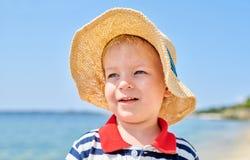 Litet barnpojke på stranden royaltyfria bilder