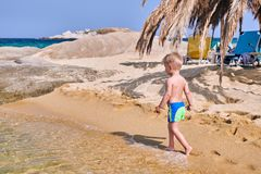 Litet barnpojke på stranden arkivbild
