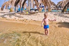 Litet barnpojke på stranden royaltyfri bild