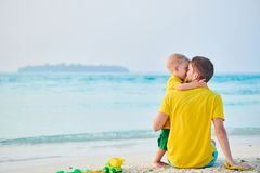 Litet barnpojke p? stranden med fadern royaltyfri fotografi