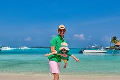 Litet barnpojke p? stranden med fadern royaltyfria foton