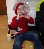 Litet barnpojke som dricker Gatorade Arkivfoton