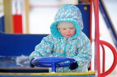 Litet barnpojke som har gyckel på lekplats Arkivbild