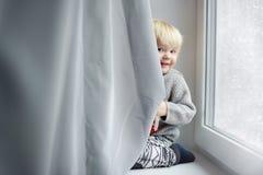 Litet barnpojke som hemma spelar Arkivfoton