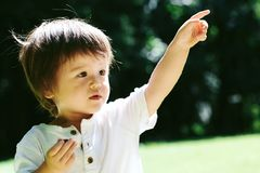 Litet barnpojke som pekar till något arkivbilder