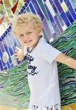 Litet barnpojke som poserar med mosaiken Royaltyfria Foton