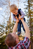 Litet barnpojke som rymms av farsan Royaltyfria Foton
