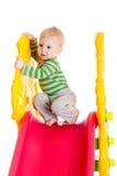 Litet barnpojke som spelar på glidbanan Royaltyfri Bild