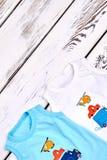 Litet barnpojkesamling av sleeveless t-skjortor Arkivbilder