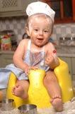 Litet barnportion i kök Arkivfoton